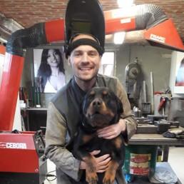 Efi Veyzer met hond in zijn atelier.