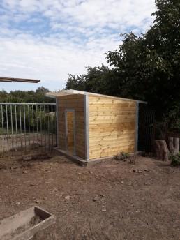 Schuilhok voor dieren. Gegalvaniseerde stalen structuur met geïmpregneerd houtwerk.